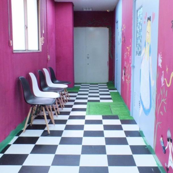 【奥にある扉を開けるとその先には...☆】欧州のアンティーク家具が立ち並ぶその先の扉を開けると、庭園へと繋がる新たな空間が。アリスのもつ二面性を店内でも表現◎「不思議の国のアリス」の世界に迷い込んでしまったかのような不思議な空間です♪