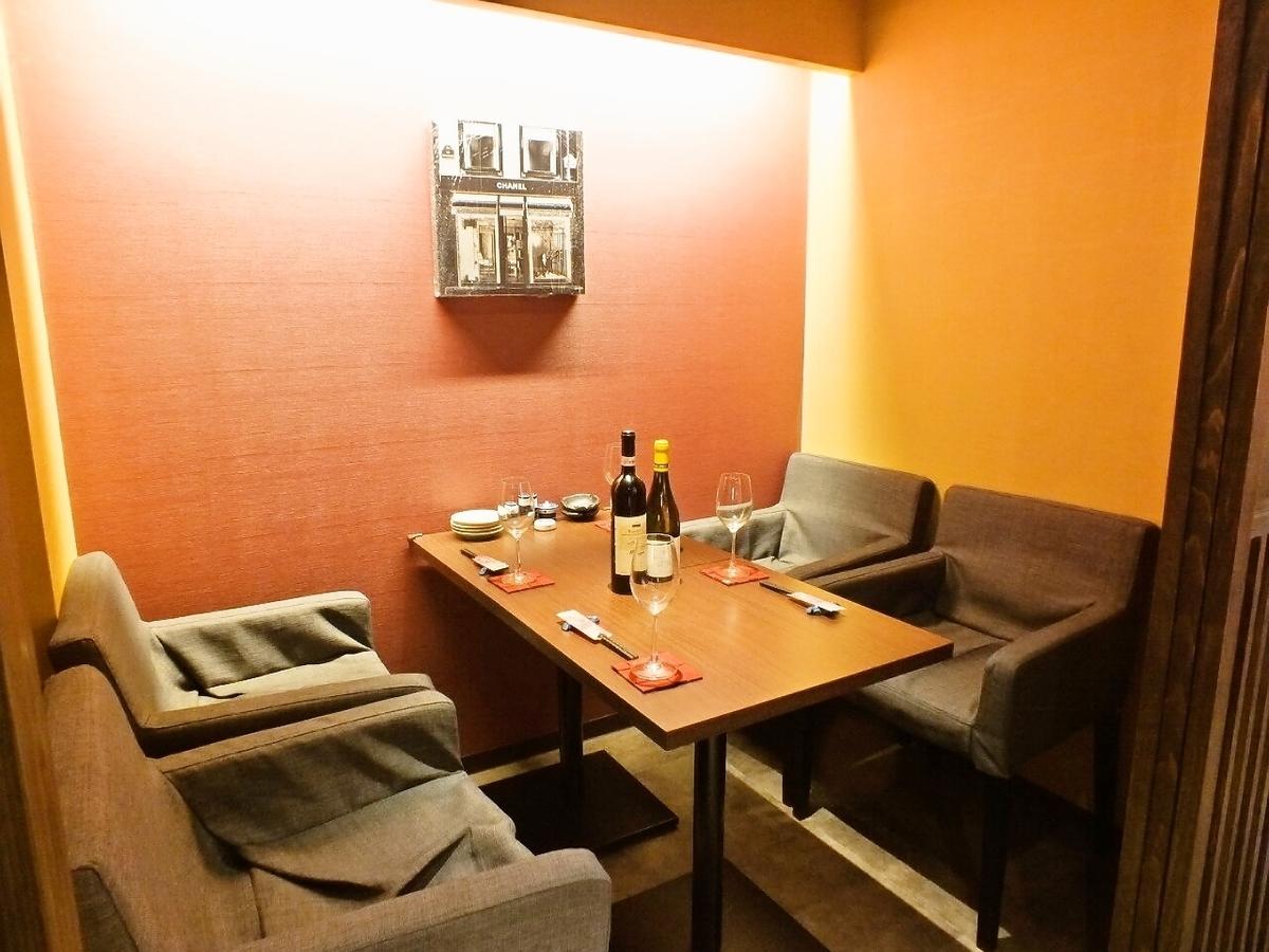 明るい雰囲気の個室。ソファ席に4名収容です。