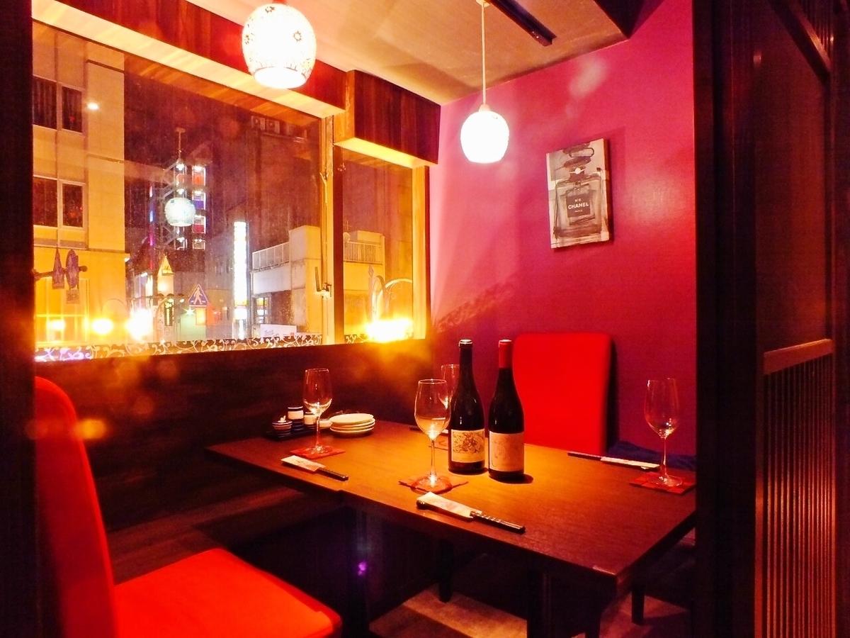 2名~4名対応の個室。スタイリッシュな赤が映えるお洒落な空間に、テンションも高まること間違いなし!
