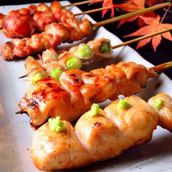 用炭火煮的許多精美的烤雞肉串!