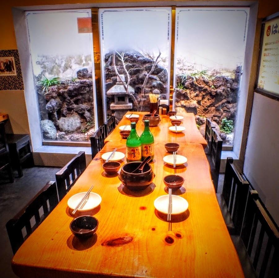2 ~ 4 명이 넓은 사용할 목조 테이블 석.