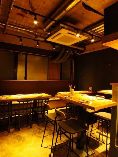 広々としたテーブル席は少人数から大人数のお客様まで対応しているので様々なシーンでお使いください♪壁際はソファー席になっているのでゆったりしながらお料理やお酒を楽しむにはおススメです♪