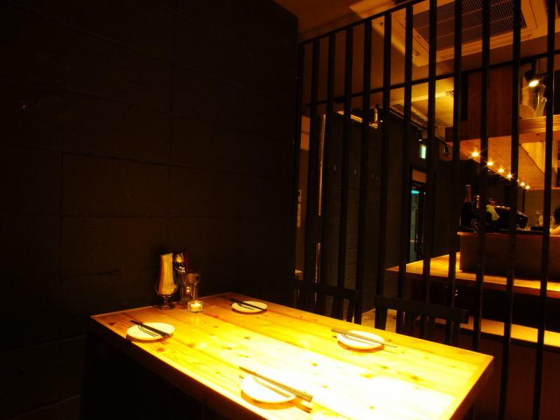 デザインにこだわった個室は雰囲気抜群でリッチな気分でお料理やお酒を楽しむことが出来ます!4名様までご利用可能なので、会社の仲間や気の知れたお友達や家族など様々なシーンでご利用できます♪