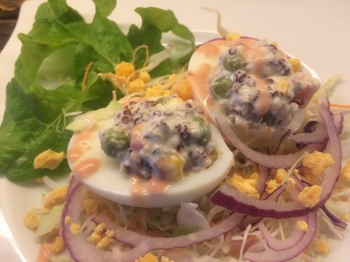 [HUEVOS RELLENOS CON QUINUA] キヌアを詰めた茹で卵サラダ