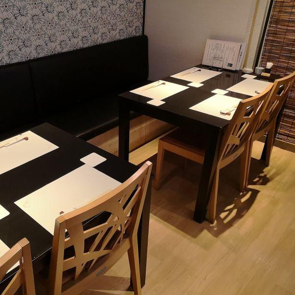 有兩個桌椅。這是4人。電視也在商店裡