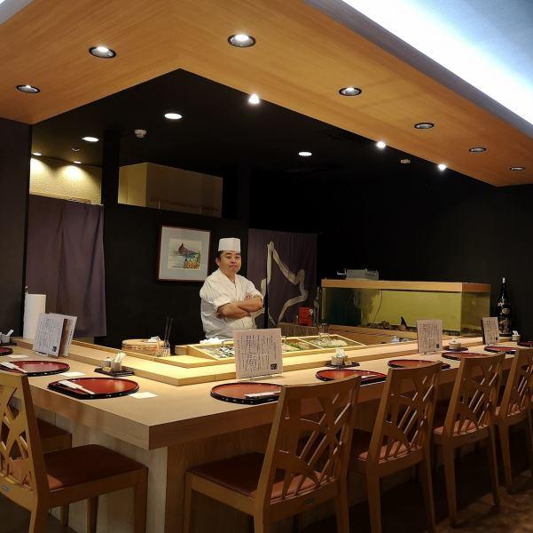 新鲜的海鲜,真正的寿司被工匠抓住。我也很自在地谈话。