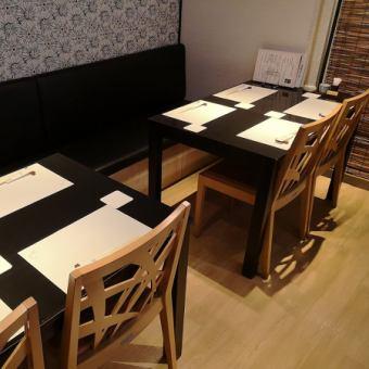 4名様用テーブル。片側がベンチシートのお席です。