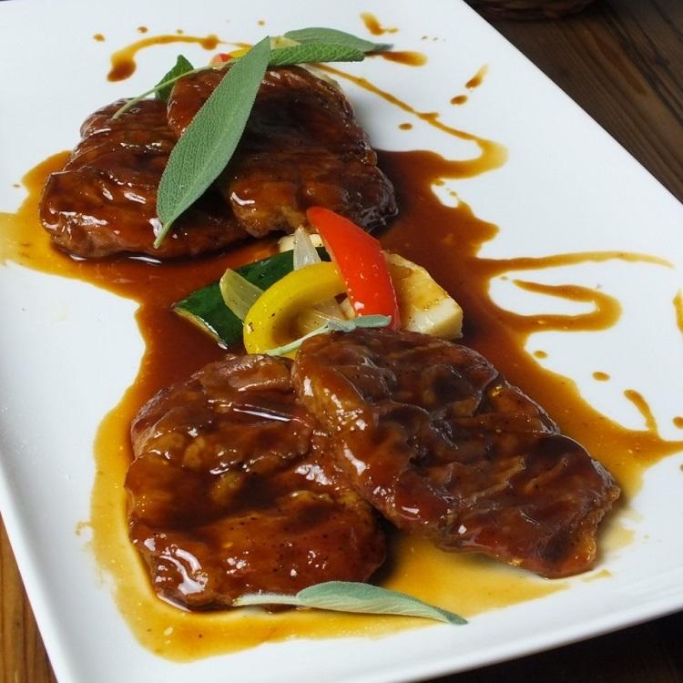 "Roman style roasting of veal and raw ham ""Saltin Bocker"""