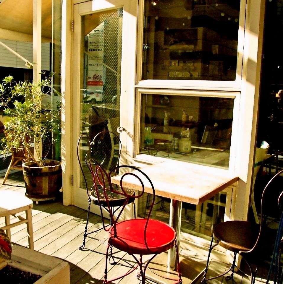 在温暖的一天,风很舒适,拥有一个露台座位♪