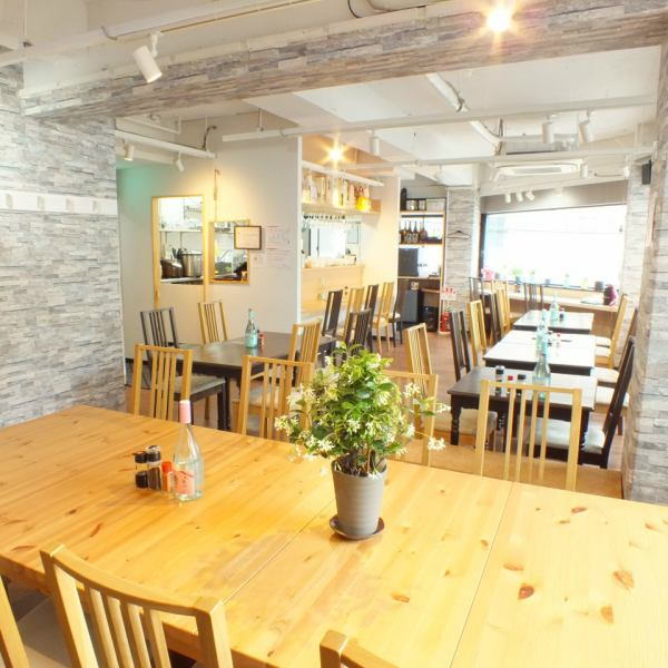 The inside of the shop is bright and very beautiful and stylish! We have the best dining table boasting daily lunch at noon, please have a reservation at night and enjoy the hot soup hot pot course and have a happy moment ♪