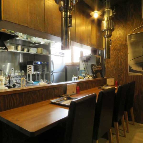 【1st Floor】 Counter seats that stop by by yourself