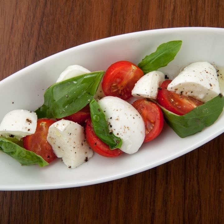 버팔로 모짜렐라와 토마토의 카프 레세