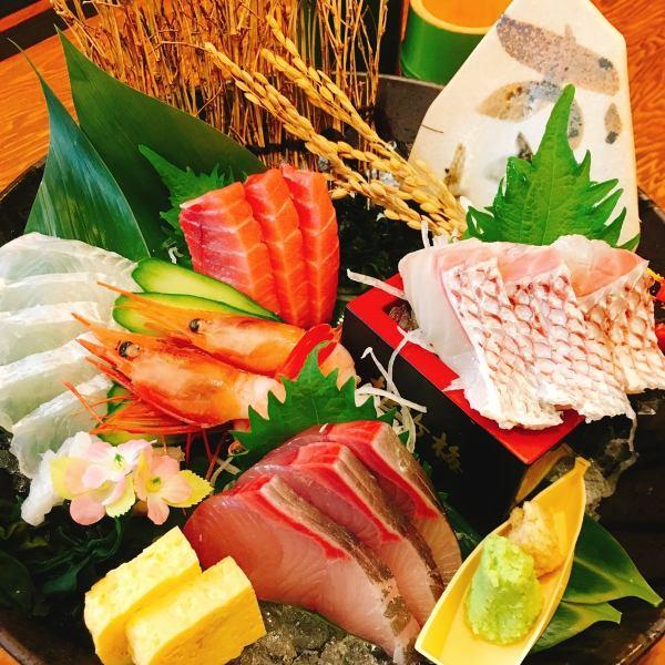 【鮮度抜群!!】鮮魚は契約漁港から直送!人気の『造り盛り合わせ』888円(税抜)~ご用意してます!