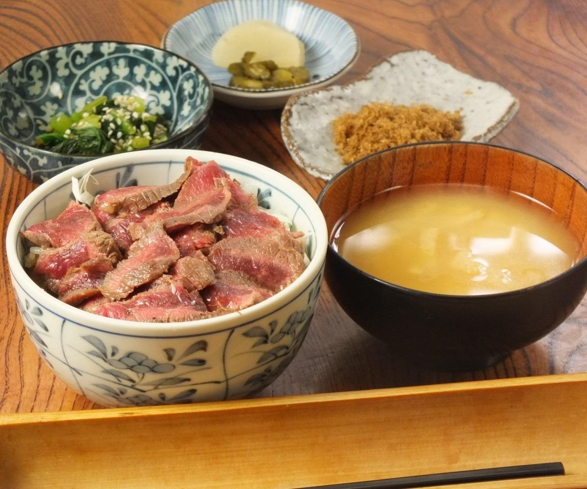 和牛のステーキ丼(サラダ・お新香・味噌汁付き)ランチの予約承っておりません。