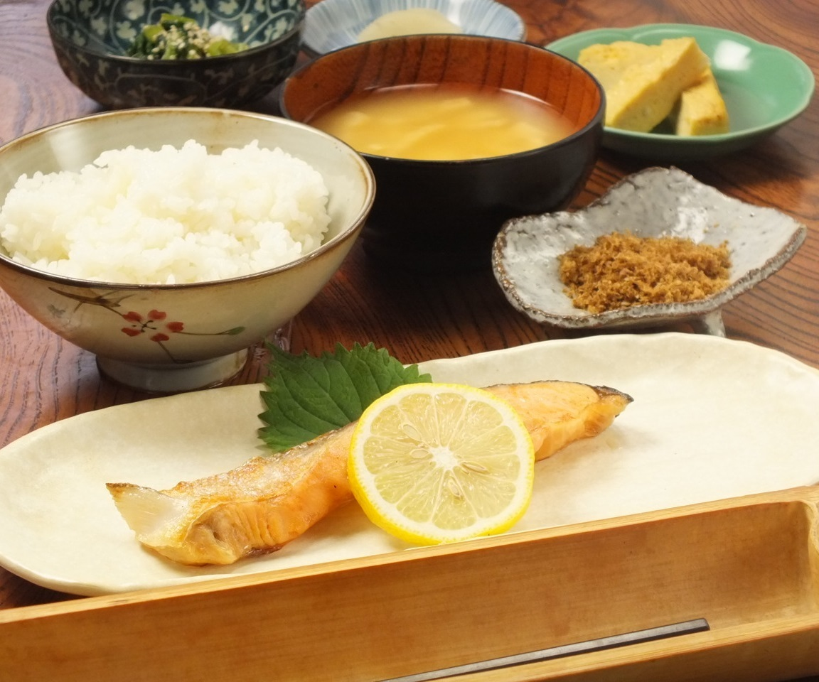 Baked fish set meal (salad · dashi rolls egg · osaka · miso soup) We do not accept reservations for lunch.