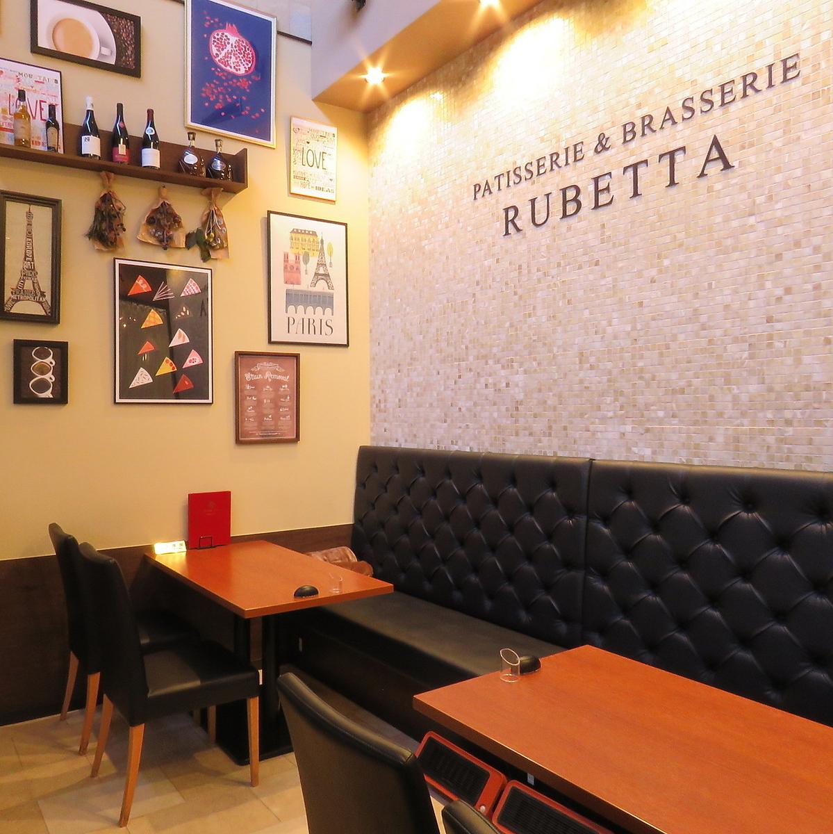 1 층의 카페 공간.20 명까지의 전세 수도 있습니다.수많은 그림과 장식으로 밝고 개방적인 공간입니다.