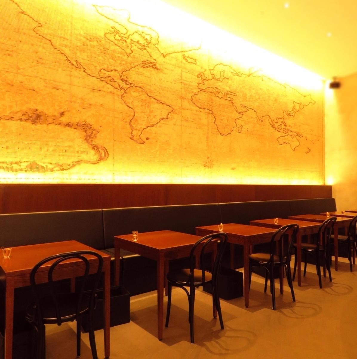 桌椅的馬賽克瓷磚牆令人印象深刻。最多可容納16人連接桌子。