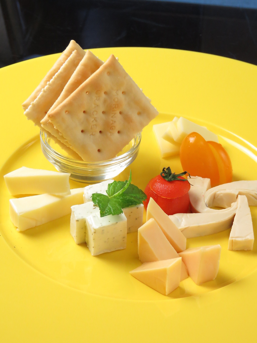 ● Assorted daily cheese (5 varieties)