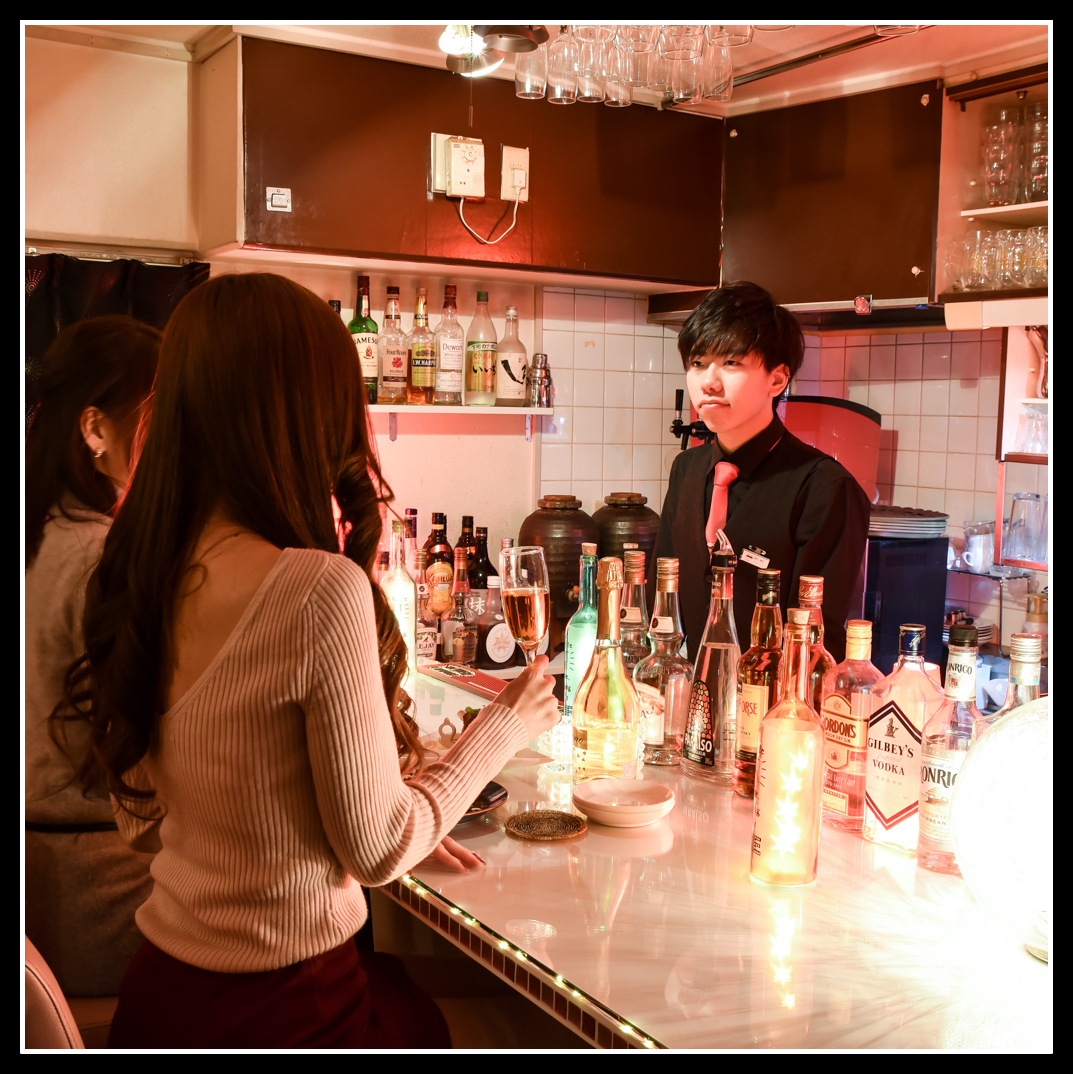 A small counter for 4 seats of glittering illumination is newly appeared! Even one person can enjoy a conversation with a bartender and delicious sake and dishes in a relaxed space.