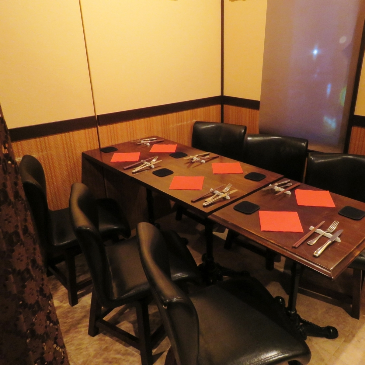 桌子是可移动的。我们将根据人数设置。如果您使用窗帘隔开,它将进入私人房间风格。