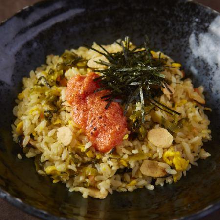 明太子和塔卡的大蒜煮熟的米饭
