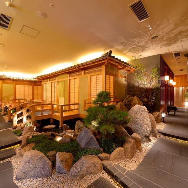 【入口】店内へ入るとそこは都会の喧騒から離れた非日常空間。まるで京都の路地に来たかの様な空間が目の前に広がります。滝・池・庭園が寛ぎの時間をさらに演出しております。流れる滝の音に耳を傾けながらのお食事は、時の流れを忘れさせてくれる。お席は2名様~ご利用頂ける上下完全に仕切られた、全席完全個室。