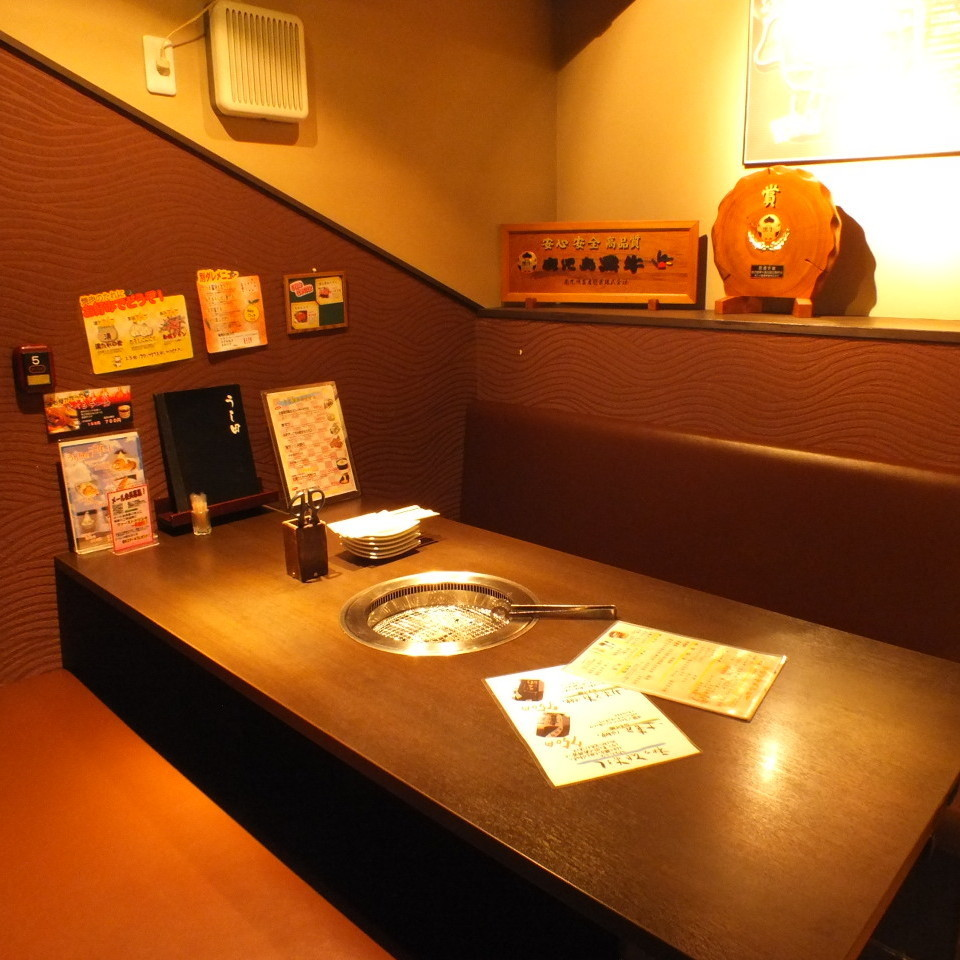 Spacious table seats ☆ Relaxing space ♪ Eat together while enjoying wiwai ◎ Even calm down and taste grilled meat ◎ Please spend your thought!