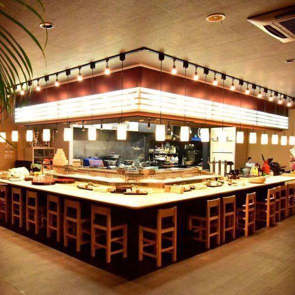 ◆オープンキッチンの居酒屋です。カウンターディスプレイには旬の食材が並んでいます。◆広々とした店内にはテーブル席、掘りごたつ席もございます。◆ランチは定食メニュー&麺類、夜は居酒屋メニュー&お食事でご満足頂けること間違いなしです!◆店内メニューは1品からテイクアウト可能です♪