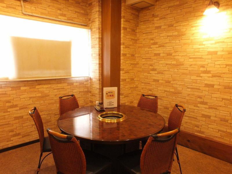 ◆1組限定の個室もあり◆大変人気のお席のためご予約をおすすめ致します。記念日や家族でのお集まり、接待の場にもぴったりです。円卓になっているので焼肉を皆様で囲めます!落ち着いて焼肉を楽しみたい方に最適の空間をと時間をお届けいたします。