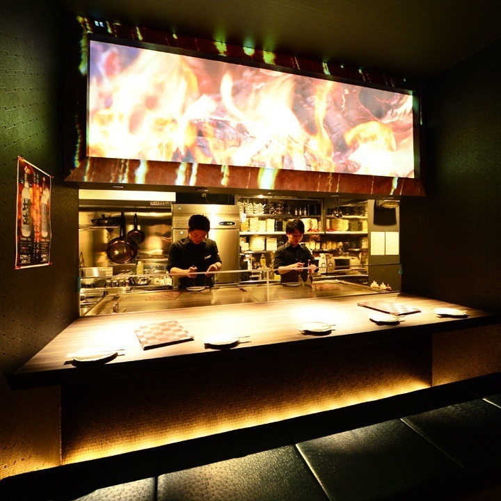 Open counter seat with projection mapping! Cooking people cook in front of you and offer freshly prepared dishes.