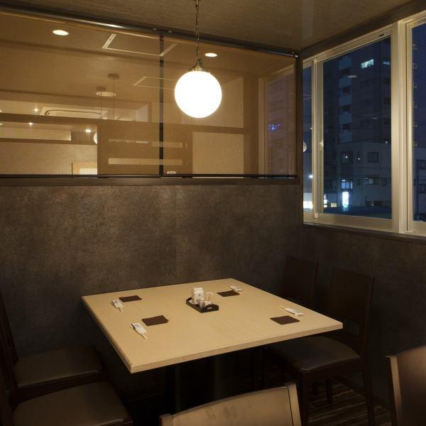 """4个座位。您可以在平静的空间享受""""午餐午餐""""和""""夜晚座位"""",后街有""""汽车座椅""""。"""