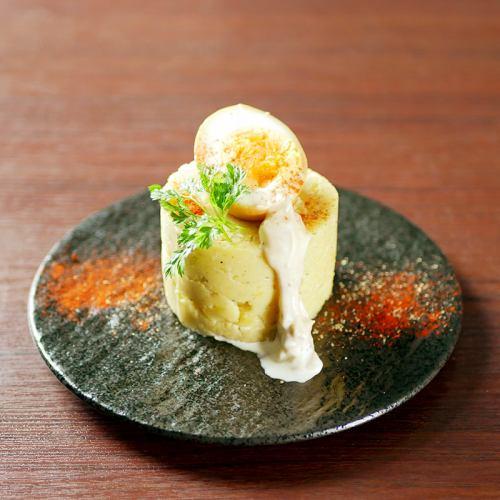 ちょっぴり大人の黄金ポテトサラダwith燻香味玉 ~アンチョビマヨソース~