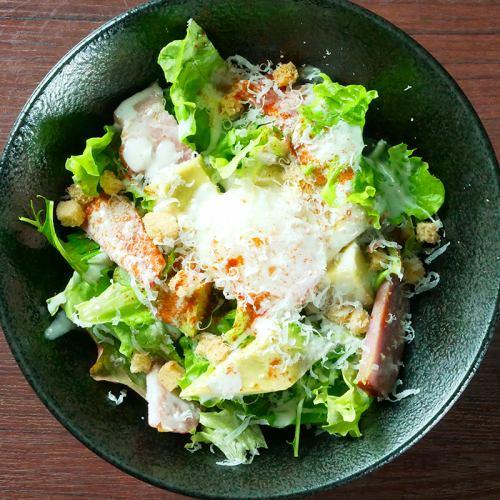 炙りベーコンの入ったシーザーサラダ ~アボカド&温玉乗せ~