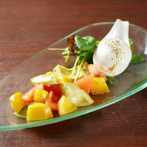ブラッディチーズのこぼれカプレーゼ ~季節のフルーツと共に~