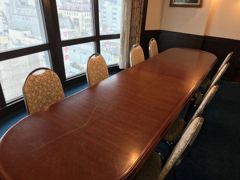 There is a private room available for 6 to 8 people.I recommend you use as meeting room