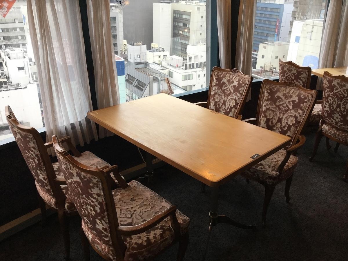 一张放松的桌子,可供1至4人使用。在与大家交谈时学习和工作!