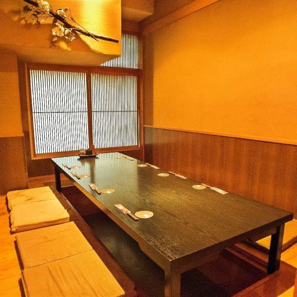 【個室有り】ゆったりできる4名様のテーブル個室。2・4・6・8・10・60名様の大小様々な個室をご用意。あたたかみのある照明に照らされ、安心して落ち着ける個室が多数ございます。歓送迎会など会社の集まりはもちろん、プライベートでの利用など様々なシーンの利用にお薦め!お祝いやサプライズもお気軽にご相談下さい!