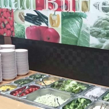 샐러드 바의 종류가 풍부! 고기와 야채 번갈아 먹어 영양 균형도 확실 ★