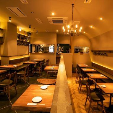 上質な空間で過ごすヒトトキ。テーブルには創作串と国産ワイン。薬院駅・渡辺通り駅徒歩3分。