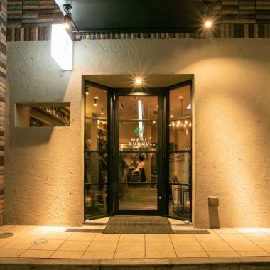 窓からのぞくたのしげな空間。ドアをくぐると活気あふれる店内。モダンな空間で頂く創作串と国産ワイン。
