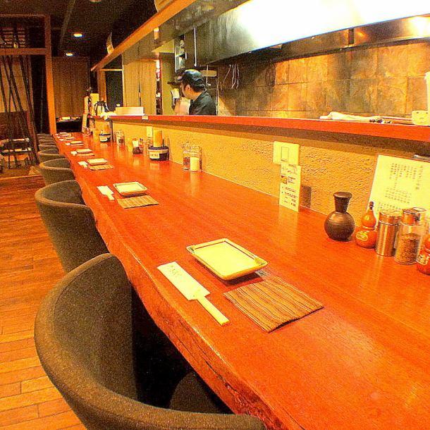 お1人様も大歓迎!!本格京都の料理もしっかり堪能できるカウンターでグラス片手に酒を嗜む。