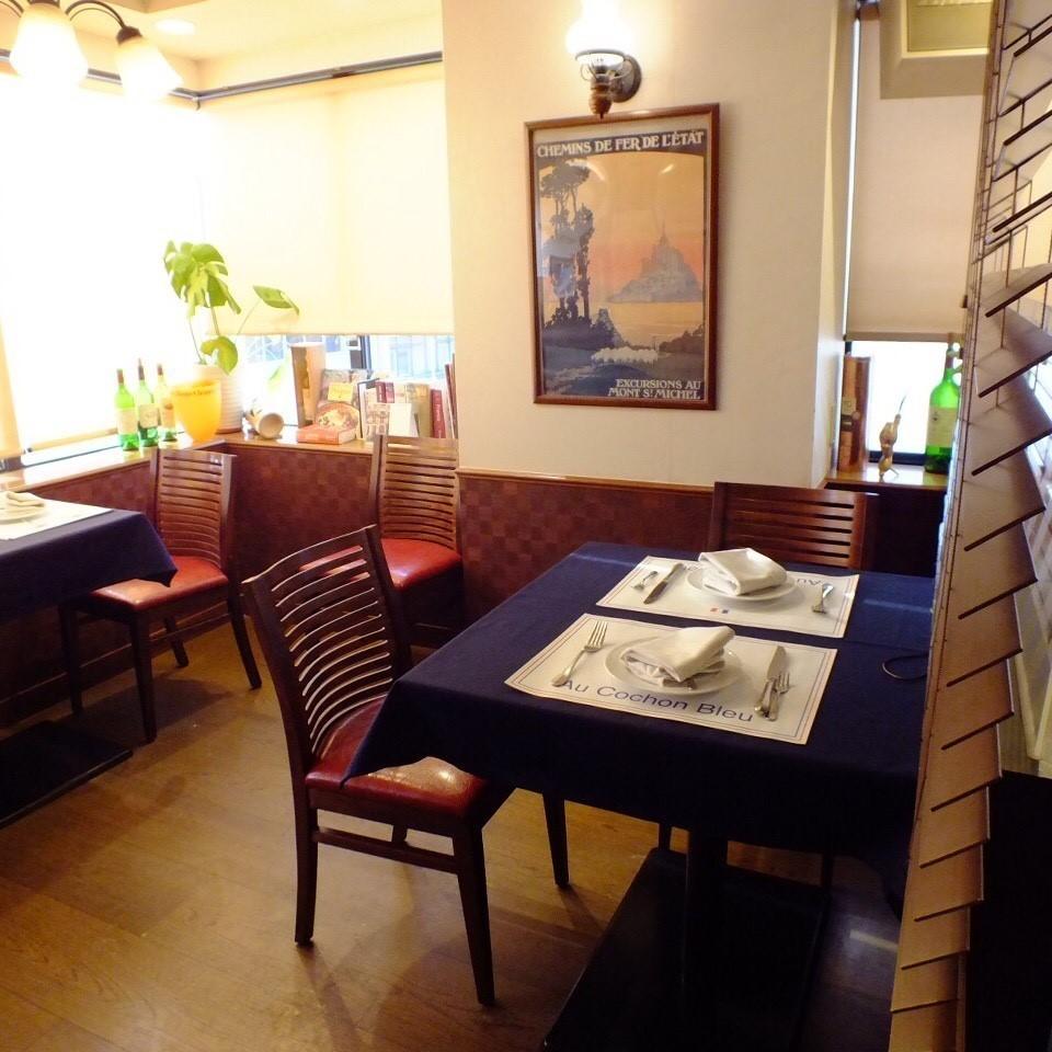 在休閒但時尚的氛圍。這是一個舒適的桌椅,即使是第一次來我們這裡的人也很舒服。您可以在各種場景中使用它,如各種宴會,娛樂,約會。請享受完整的法語,直到您在大氣中感到放鬆