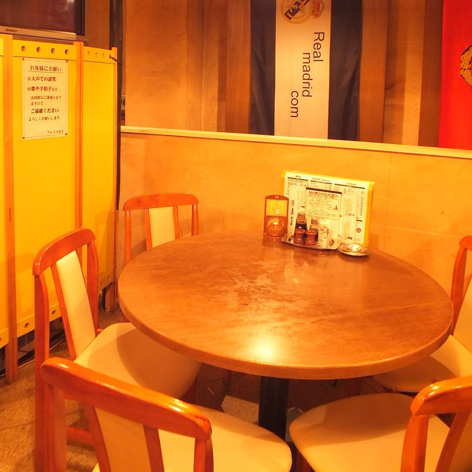 There are many seats for 4 people.Roundtable unique coziness is attractive ♪