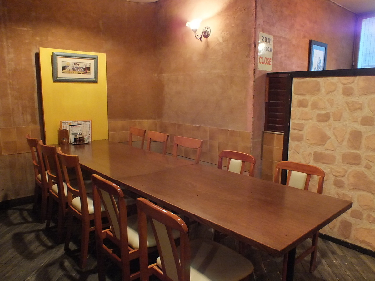 Table seat that can accommodate 8 to 12 people.Because it is partitioned, you can use it in a sense of individual room.