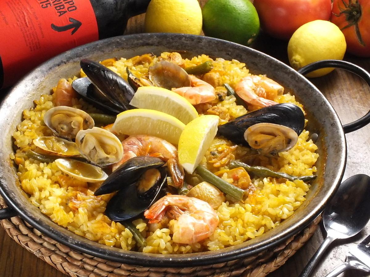 新鲜煮熟的海鲜饭