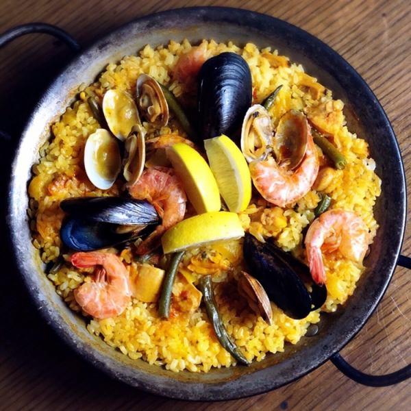 热门!烹饪混合西班牙海鲜饭