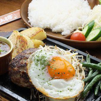 手ごねハンバーグ定食(数量限定)900円(税込)
