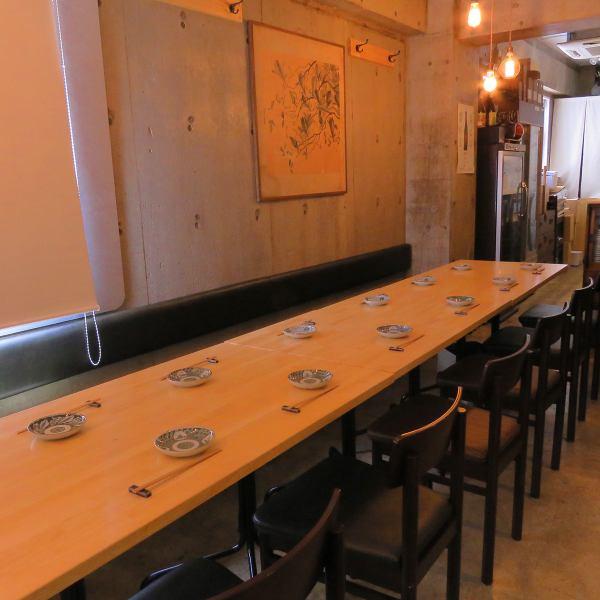 当店は20名前後の少人数貸切が可能です。会社のご宴会、友人との飲み会などで気軽に貸切をご利用いただけます。テーブル席についてはご人数に合わせてお席をお作りできますので、お気軽にお問い合わせください。勾当台公園から徒歩3分の当店で、洋要素を盛り込んだ和食と店主お薦めの日本酒を会話と一緒にお愉しみ下さい。