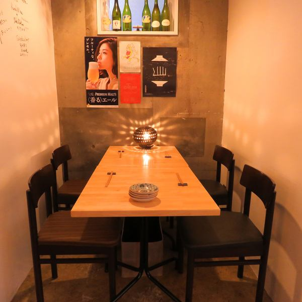 大人な雰囲気が漂う落ち着いた雰囲気の当店。テーブル席は、ゆったりと座っていただくことができ、会話も弾むこと間違いなしです。また、会話と一緒に、全国の日本酒やワイン、「和」ベースのメニューをご堪能いただけます。テーブル席は少人数から団体様まで幅広くご利用いただけます。2次会でもお気軽にご利用下さい。