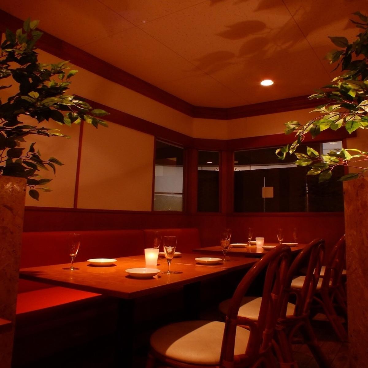 可容納5至8人的桌椅/與朋友聚會〜這是小型企業宴會的最佳座位。OK椅子和沙發座椅可供5至8人使用